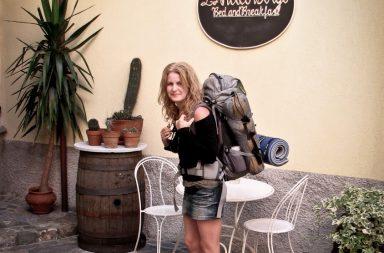 Frau im Mini mit Rucksack