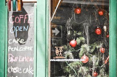 Weihnachtsschmuck im Fenster