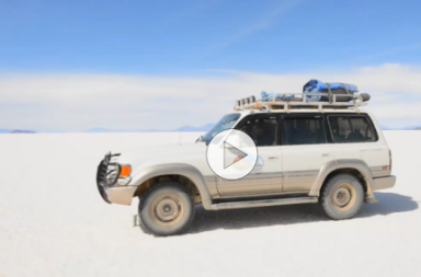 Auto auf dem Salar de Uyuni