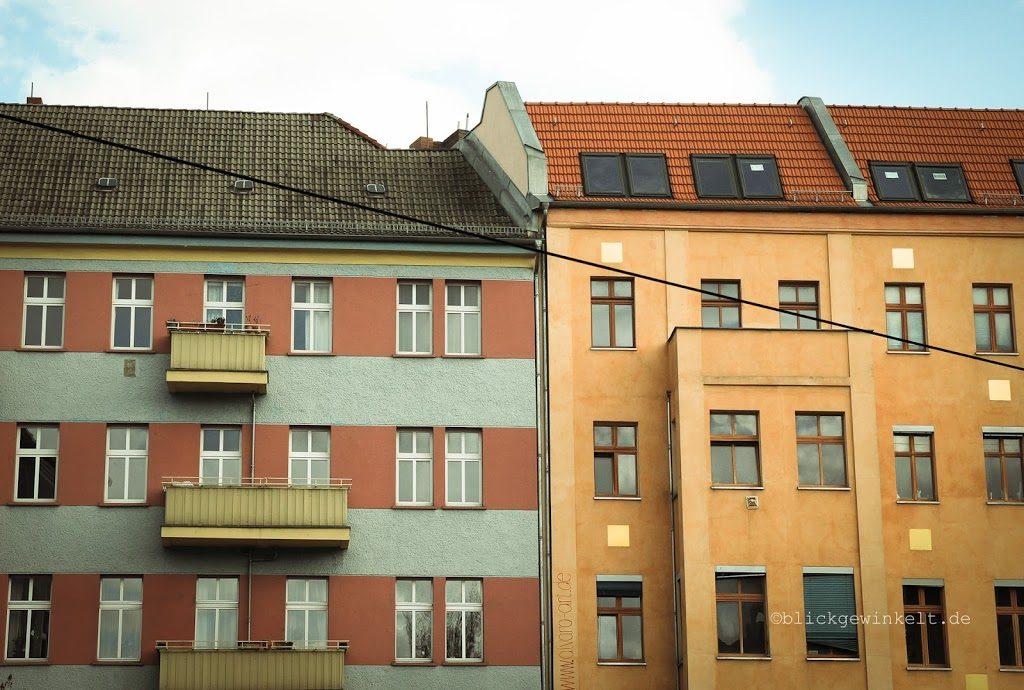 farbige Häuserwand mit Mietwohnungen in Berlin