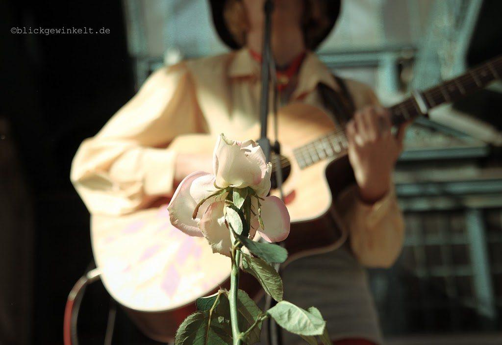 Straßenmusikerin in Berlin