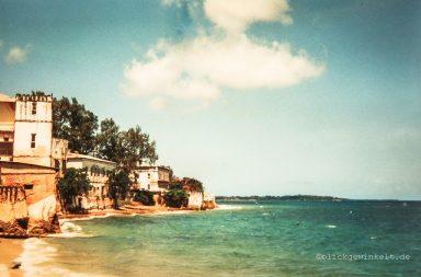 Zanzibar: alte Häuser und grünblaues Meer