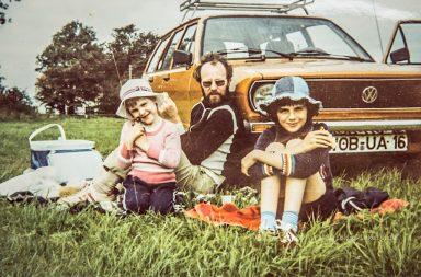 VW Passat und Jeanshüte