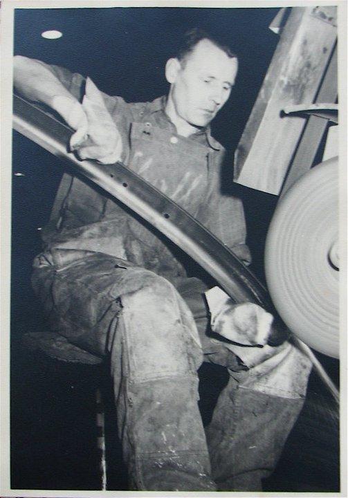 Altes Foto, Mann an Schleifmaschine