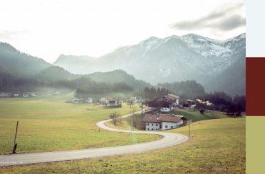 Tiroler Dorf in den Kitzbüheler Alpen