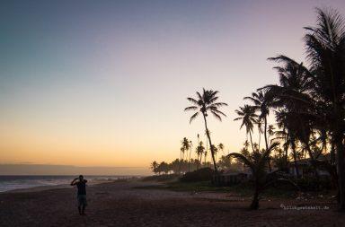 Sonnenuntergang am Strand mit Palmen