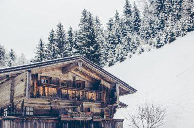 Österreichischer Bauernhof, Holzhaus im Schnee