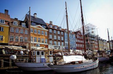 Ansicht Häuserfassaden und Segelboote am Nyhavn, dem alten Haven Kopenhagens