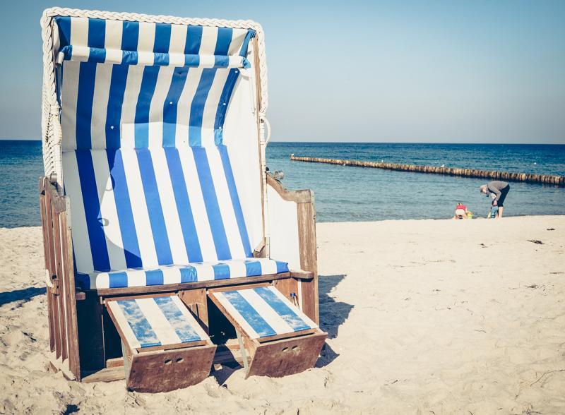 blau-weiß gestreifter Strandkorb
