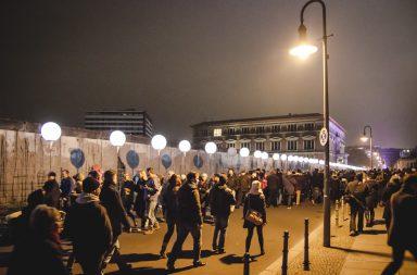 Menschen an der Lichtgrenze in Berlin zum Mauerfall 25