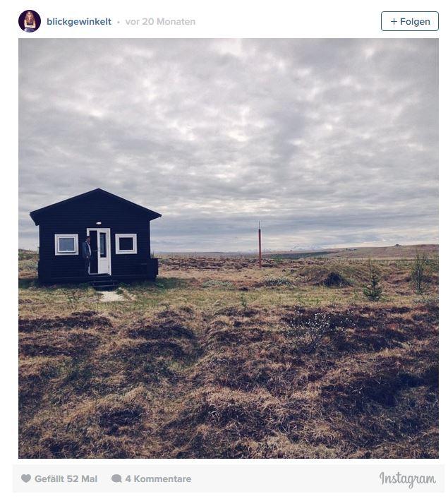 Kleine Holzhütte mitten in Islands Ebene.