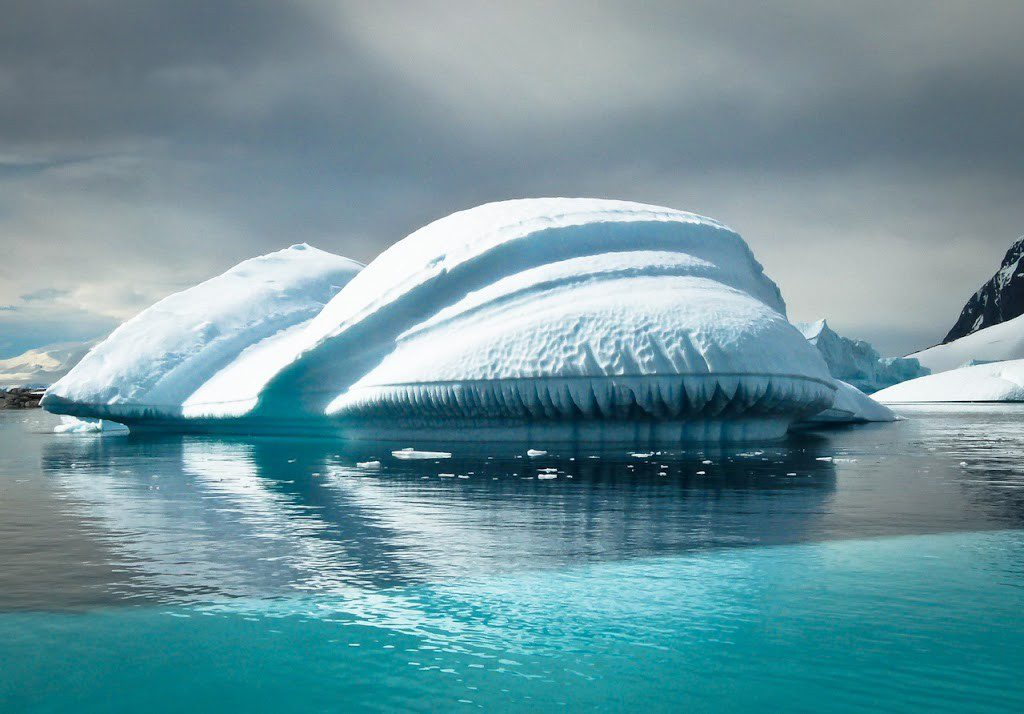 Skurrile Eisskulptur in der Antarktis