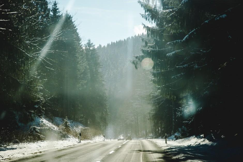 Autobahn bei Schnee im Harz