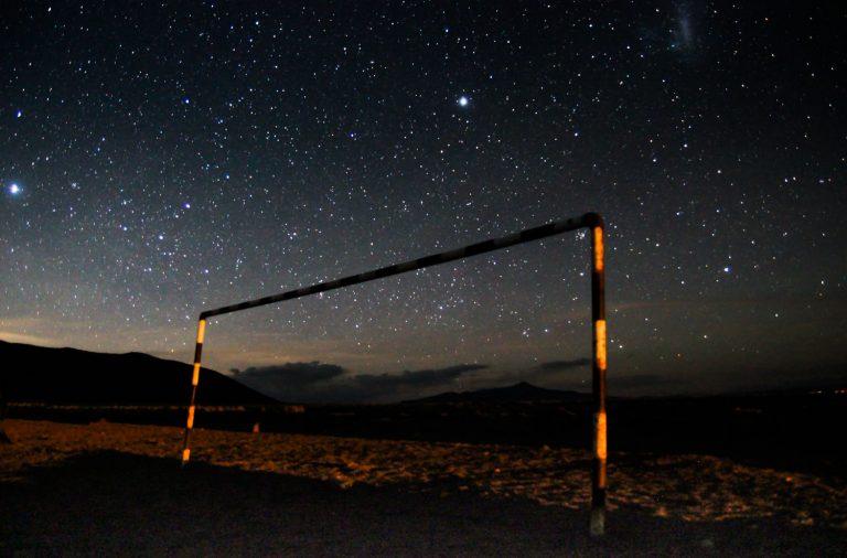 Nachtaufnahme Fußballtor mit Sternenhimmel
