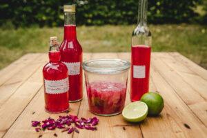 Rezept für Rosenblütensirup und Rosenblütenwasser mit Limette
