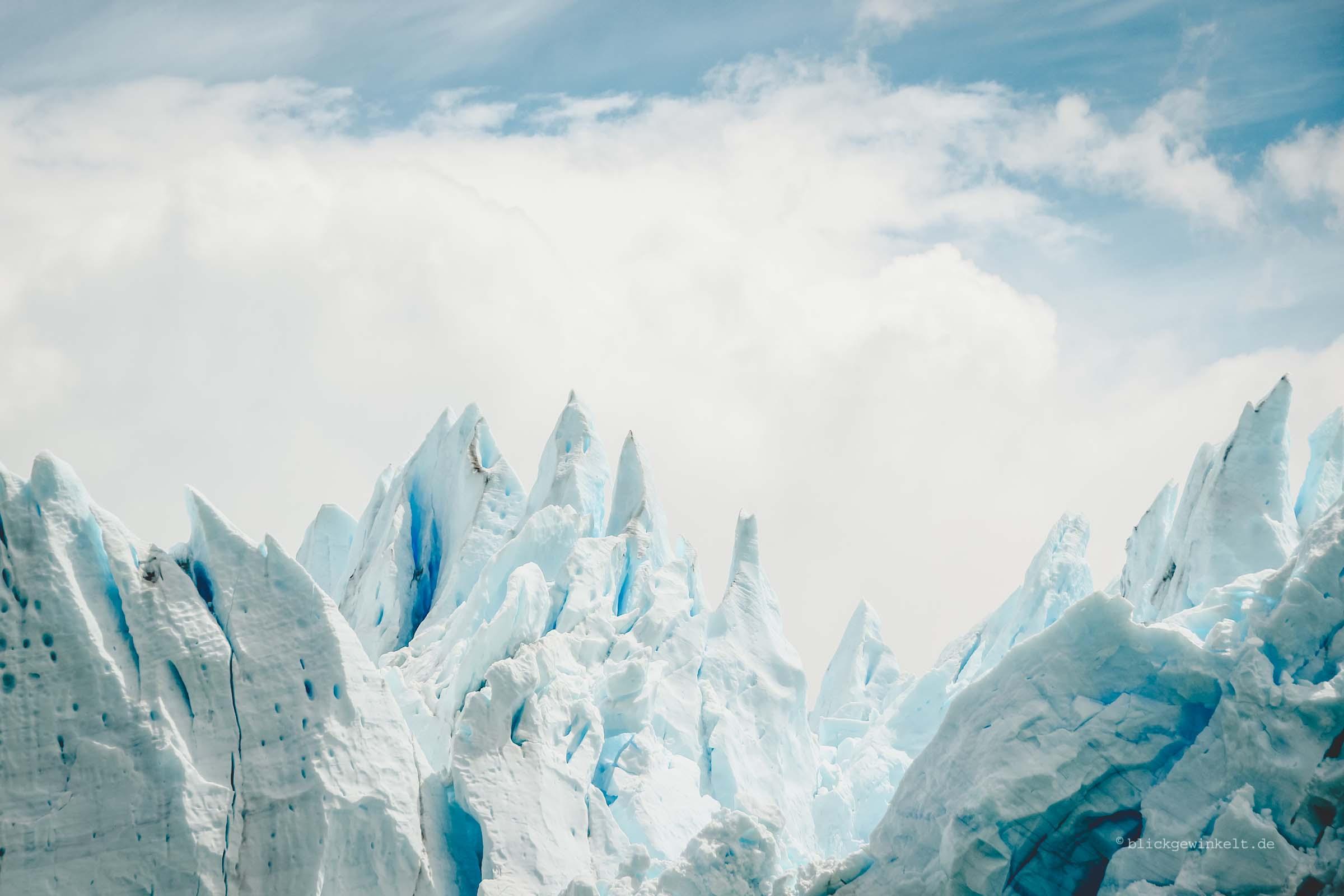 Himmel und Eis: beides leuchtet blau und weiß
