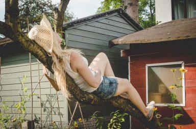 Frauen, die auf Bäume klettern