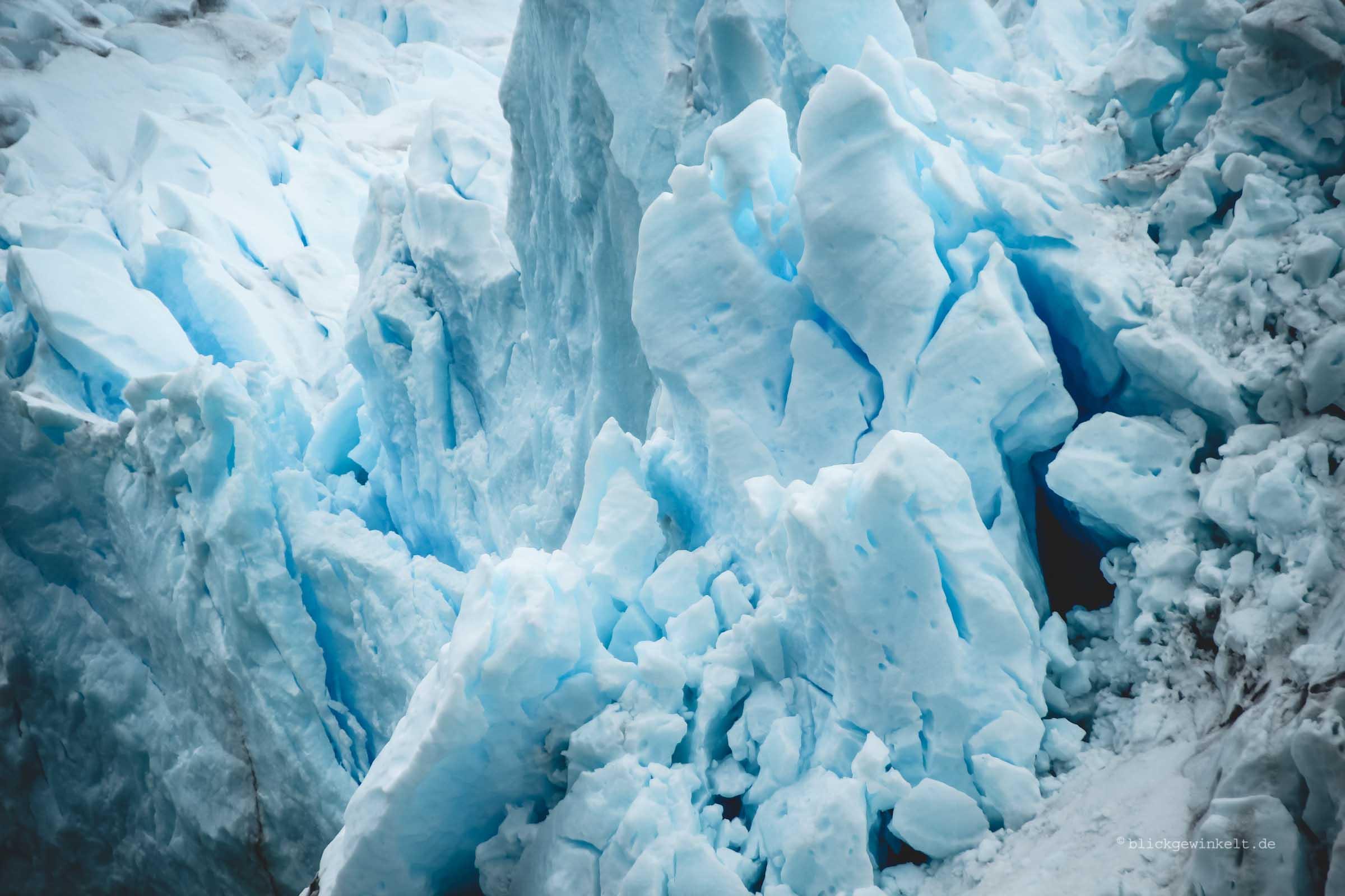 Blau leuchtendes Eis.