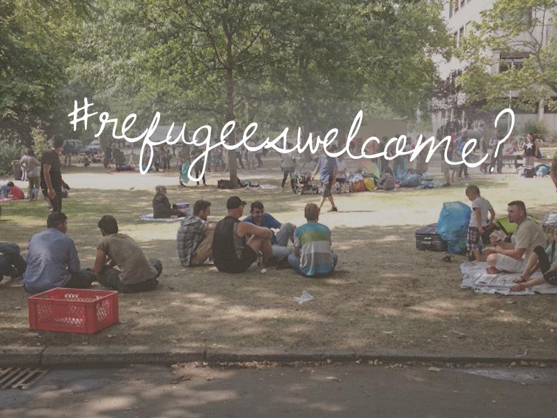 Zustand im Landesamt für Gesundheit und Soziales (kurz: LaGeSo), Erstaufnahmestelle für Flüchtlinge in Berlin; Flüchtlinge sitzend unter Bäumen