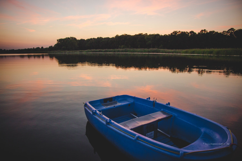 BlauesBoot im Sonnenuntergang