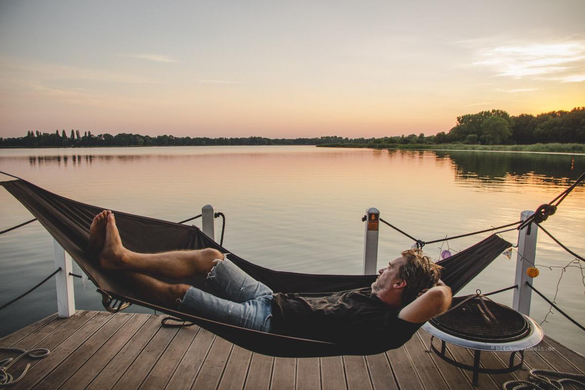 Hängematte auf dem Hausboot mitten in Brandenburg