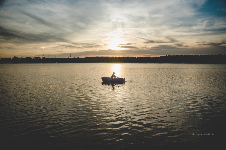 Ruderboot im Sonnenuntergang auf dem Hohennauener See, Brandenburg