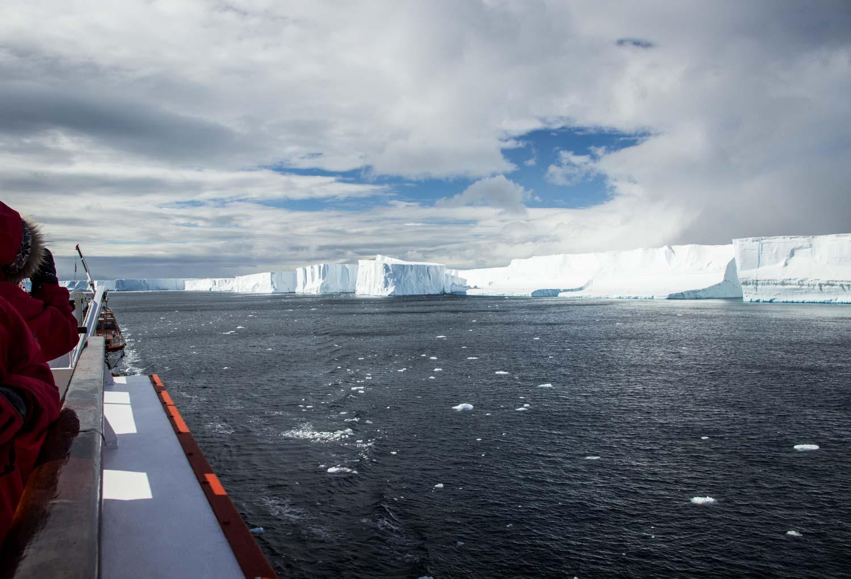 Tafeleisberge im Antarctic Sound, abgebrochen vom B15Y-Tafeleisberg