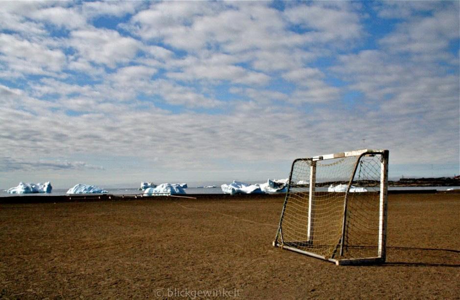 Queqertarsuaq Groenland: Fussballtor mit Bucht und Eisbergen im Hintergrund