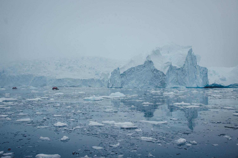 Cierva Cove in der Antarktis: Eisberge und Gletscher und ein winziges Zodiac