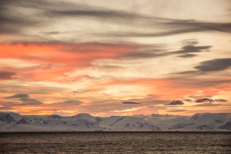 """Antarktischer Sonnenaufgang über der """"Paradise Bay"""""""