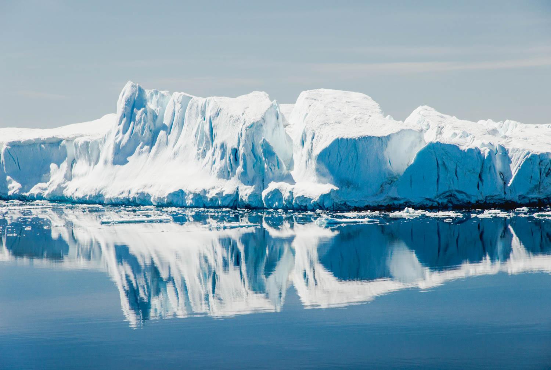 Eisberg in der Antarktis. Eisberg-Spiegelung auf dem Meer.