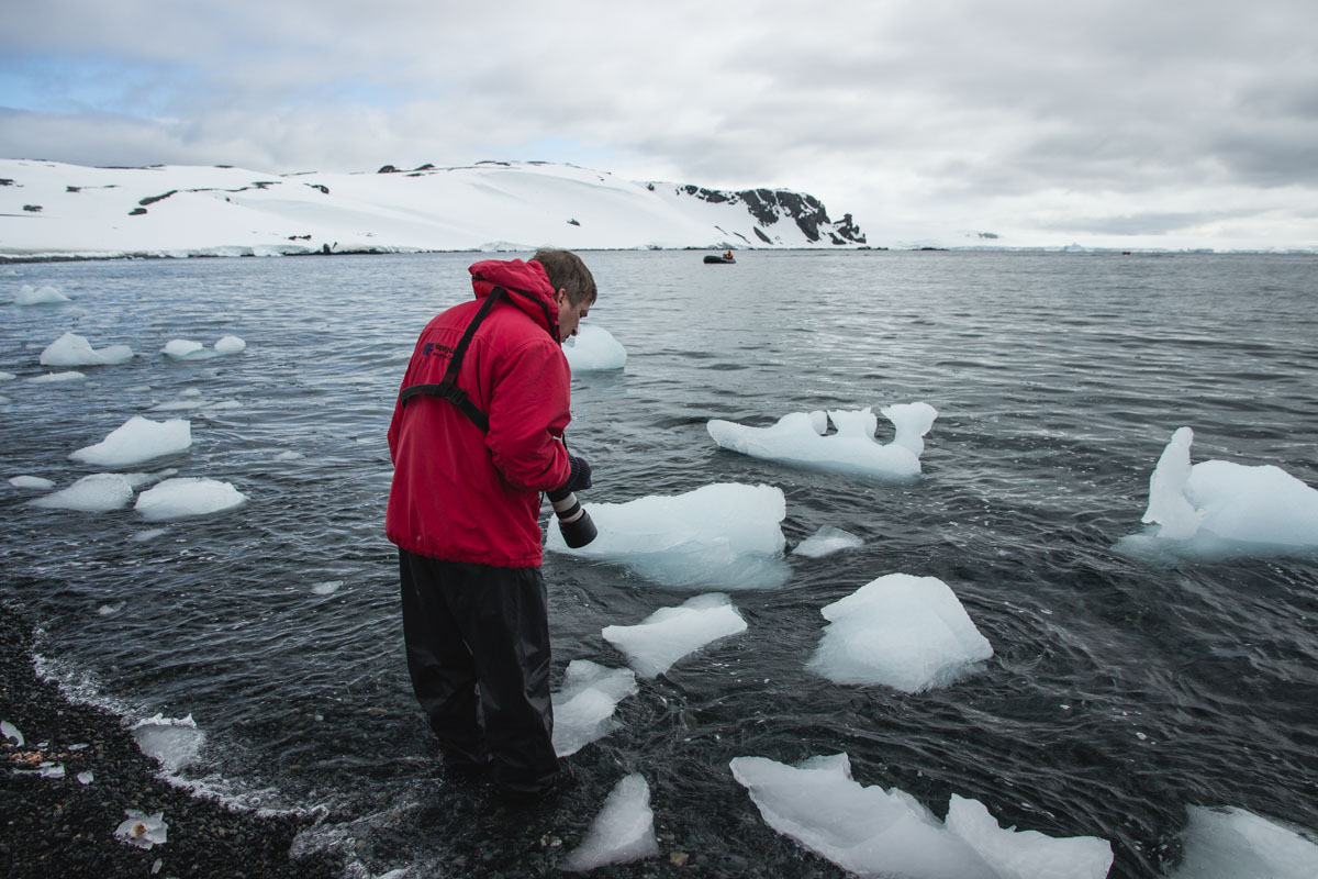 Eisschollen in Winterlandschaft und der Mann mit roter Jacke