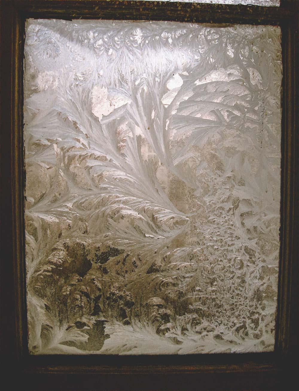 Fenster mit Eiskristallen