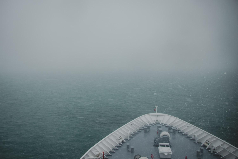 MS Hanseatic im nebligen Südpolarmeer. Bild vom Bug
