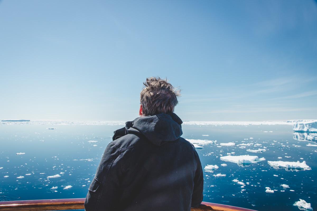 Auf Deck: Eisschollen im Wasser
