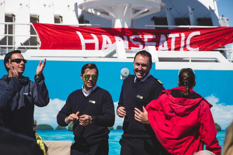 Die Crew der MS Hanseatic feiert ausgelassen