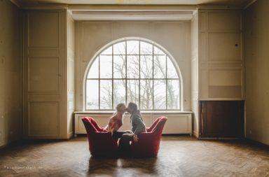 Valentinstag-gif: Großes Fenster mit zwei Sesseln und knutschenden Menschen