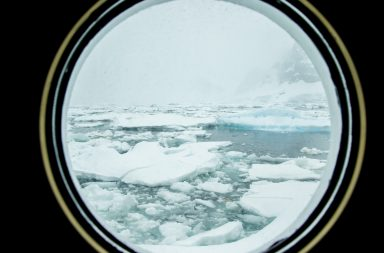 Bullauge mit Aussicht auf Eis