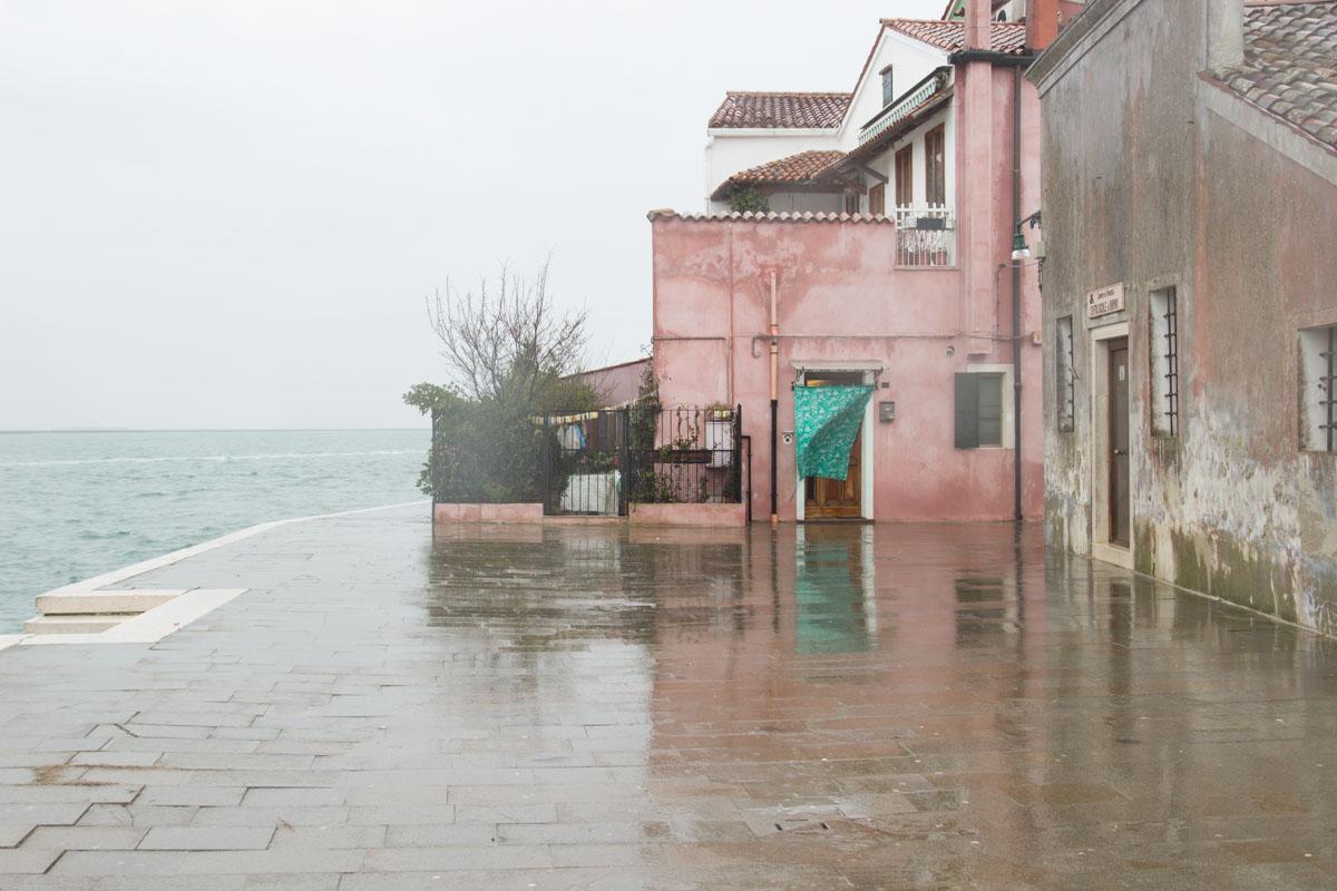 Pinkes Haus am Hafen von Burano