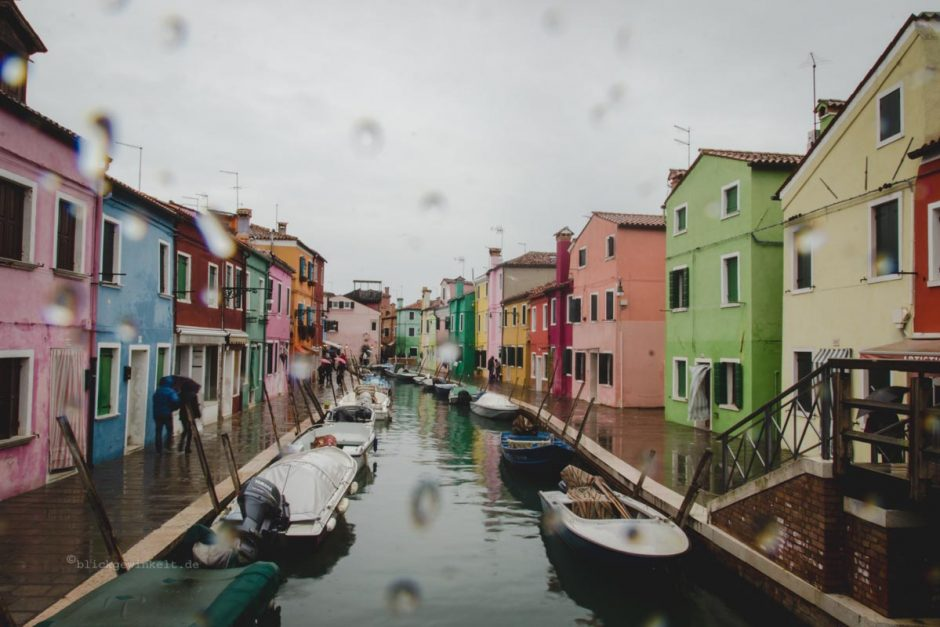 Burano im Regen: bunte Fischerhäuser