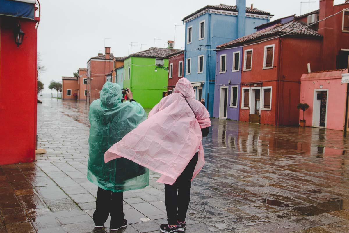 Burano im Regen: Bunte Regencapes in der Lagune von Venedig