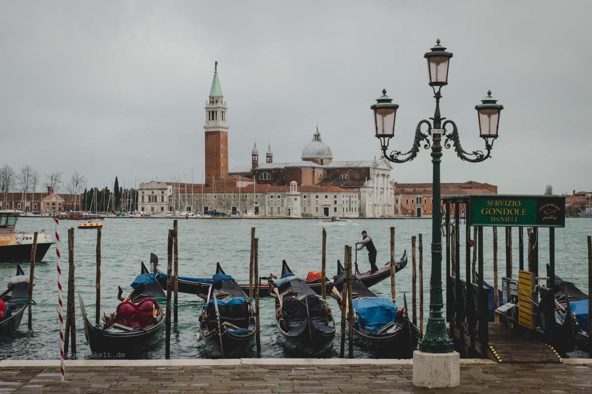 Lagune von Venedig mit Gondeln