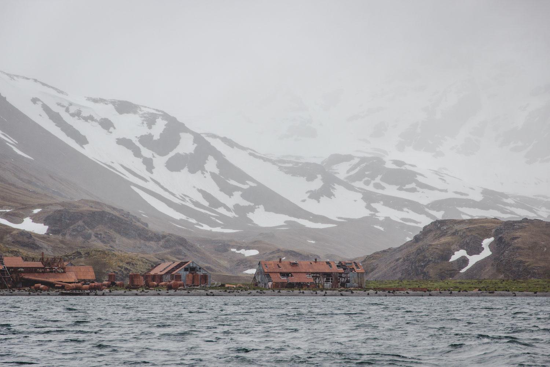 Die alte verlassene Walfangstation Stromness in Südgeorgien vom Wasser aus