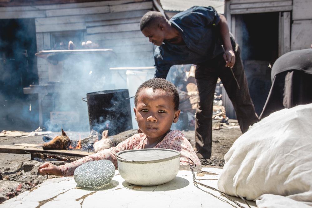 Kind im Township, Südafrika