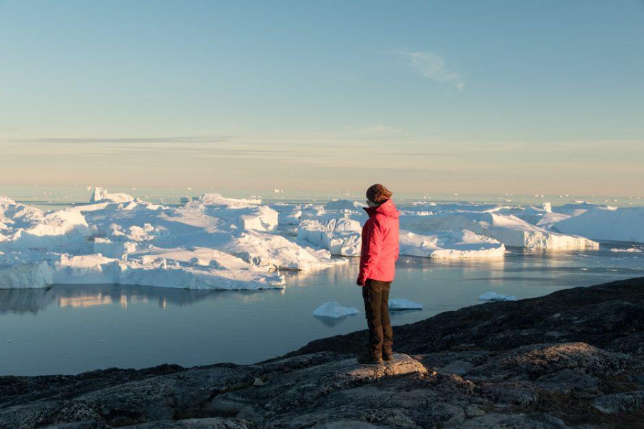 Mitternachtssonne in Grönland mit Eisbergen