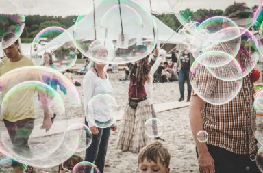 Menschen hinter Seifenblasen