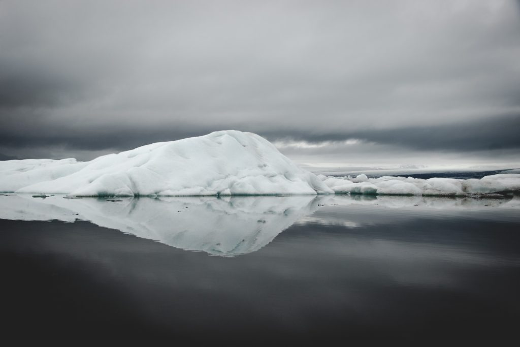 Spiegelnder Eisberg im Wasser; Eislagune in Island
