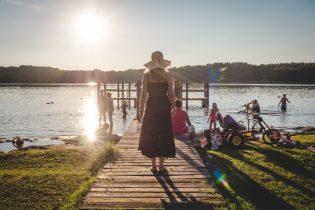 Sommerferien: See, Strand, Steg und Sonnenhut