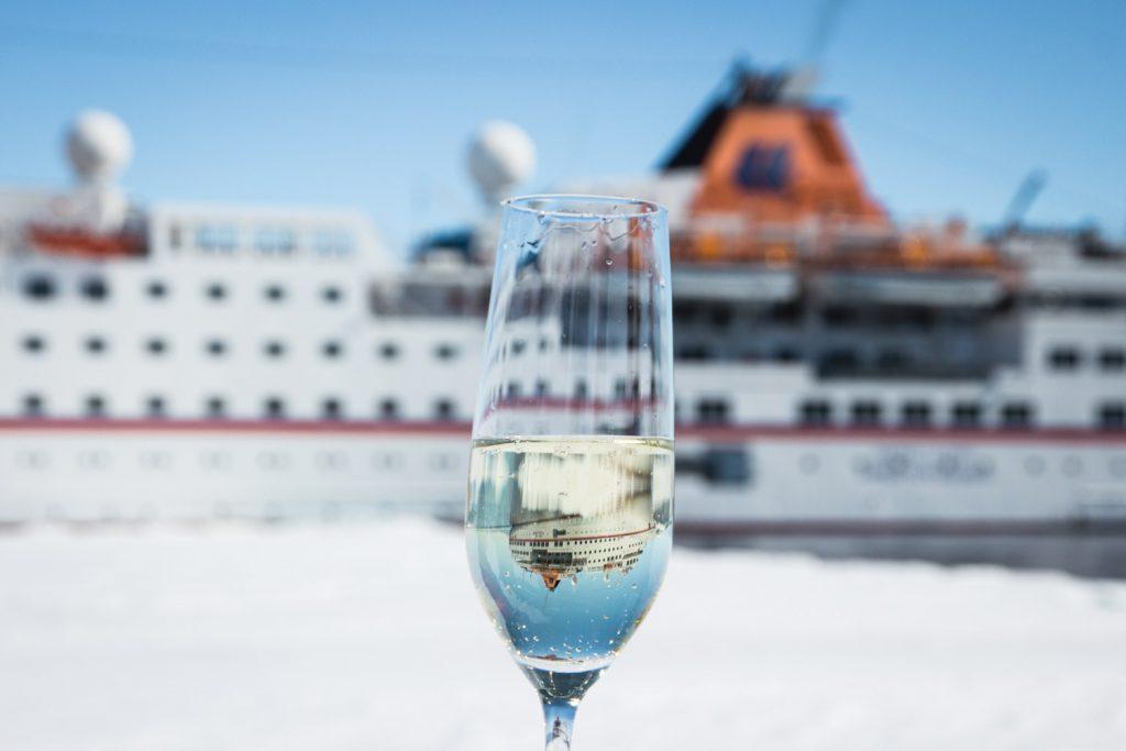 Sektglas mit Schiffsspiegelung