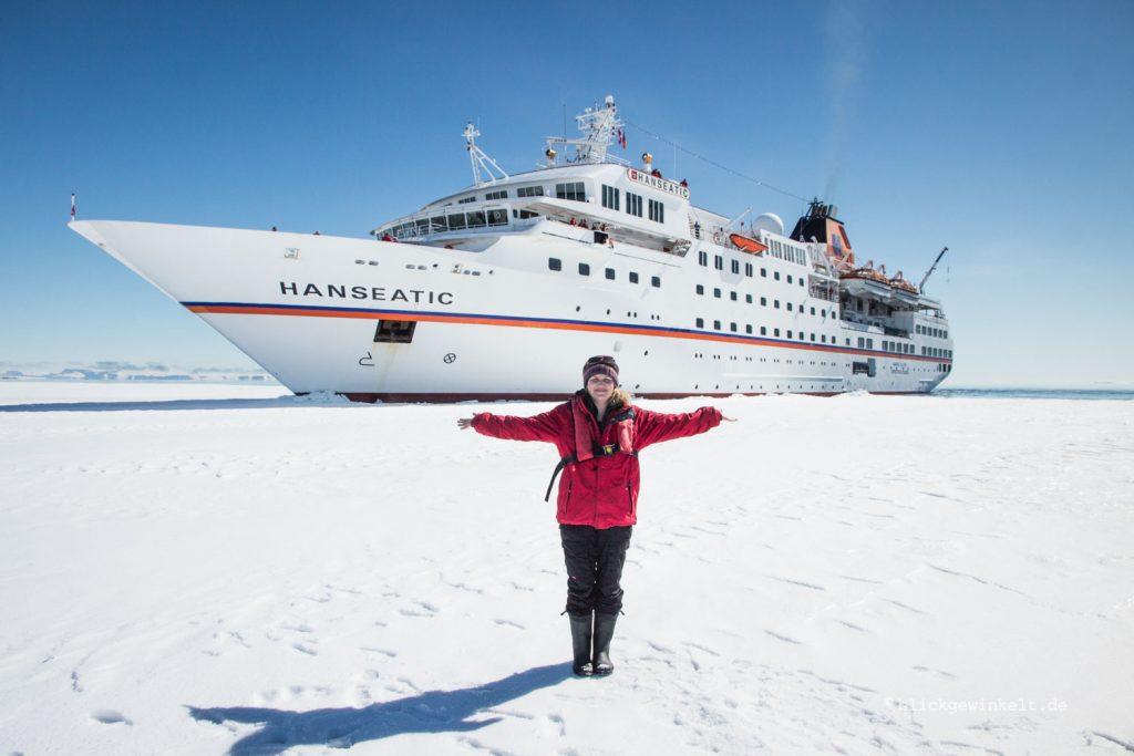 Vor der im Eis fest liegenden MS Hanseatic